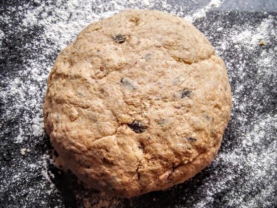 Der Teig wird erneut durchgeknetet und zu einem Brotlaib geformt. Tipp: Vorher die Hände etwas bemehlen damit dies leichter geht.