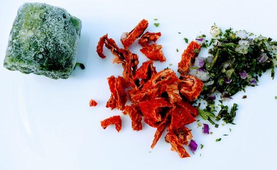 Zuerst das Öl in die Pfanne geben und heiß werden lassen. Außerdem den Spinat und die italienischen Kräuter bereitlegen.