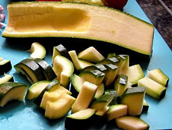 Dann die Bananen schälen, in die kleine Stücke teilen, zu den Zucchinostücken in den Standmixer geben und beides nun pürieren. Dieses Püree zunächst beiseite stellen.