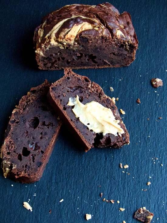 Das Schokoladenbananenbrot mit Erdnussbutterswirl schmeckt übrigens pur schon sehr gut. Mit etwas zusätzlicher Erdnussbutter ist es jedoch noch köstlicher.