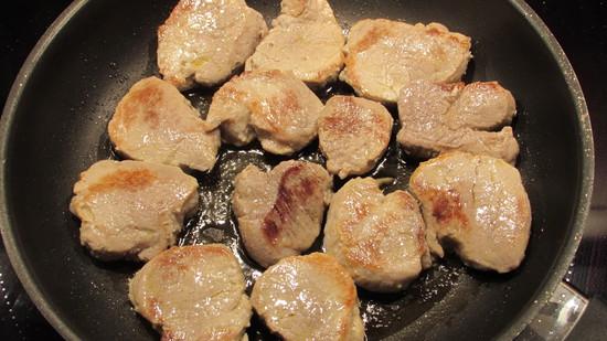 Die Schweinemedaillons scharf von beiden Seiten im heißen Fett anbraten. Sie sollten von außen gebräunt sein. Tipp: Die Dauer hängt hier davon ab, ob die Medaillons noch rosa sein sollen oder nicht.