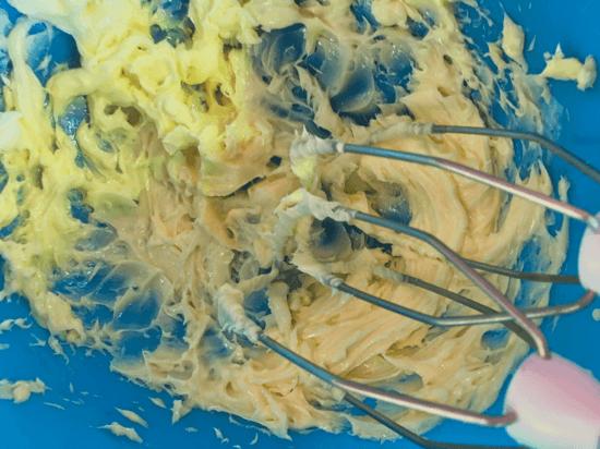 Die weiche Butter in eine zweite Rührschüssel geben und mit dem Handrührgerät so lange rühren, bis sich Spitzen bilden. Danach die Eier hinzufügen und auch kurz aufschlagen.