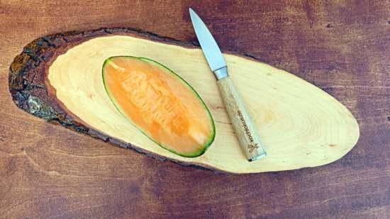 Ein passendes Stück von einer Galiamelane abschneiden, die Kerne mit einem Teelöffel entfernen und das Fruchtfleisch aus der Schale lösen. Das Fruchtfleisch nun in Stücke schneiden und in den Standmixer geben.