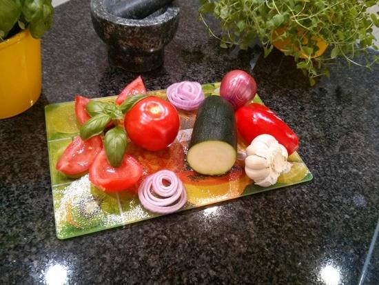 Zunächst werden die Tomaten, die Paprika und die Zucchini vorbereitet, also erst einmal unter laufendem Wasser gewaschen.