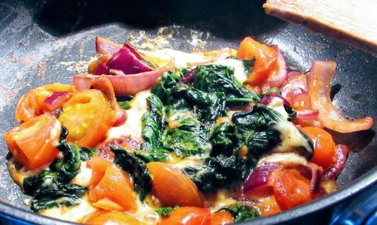 Anschließend den  Mozzarella in Scheiben schneiden. Je nach Geschmack 1 bis 2 Scheiben davon klein schneiden, über das Gemüse in die Pfanne geben und schmelzen lassen.