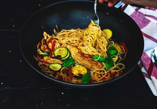 Alles auf Tellern anrichten und mit Basilikum garnieren. Guten Appetit!