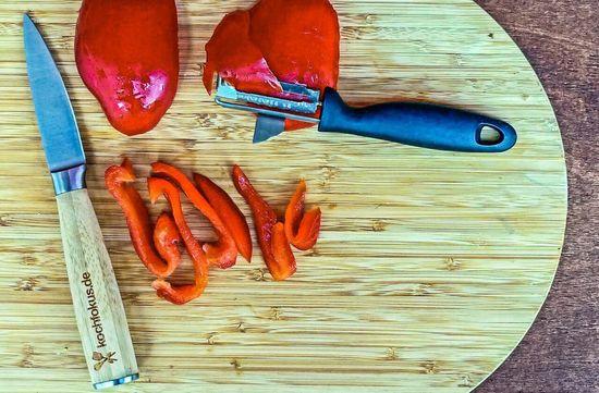 Die Paprika in Streifen schneiden und diese halbieren, damit sie nicht zu lang sind. Die Streifen dann auch zu den anderen Zutaten hinzufügen und alles miteinander vermengen.