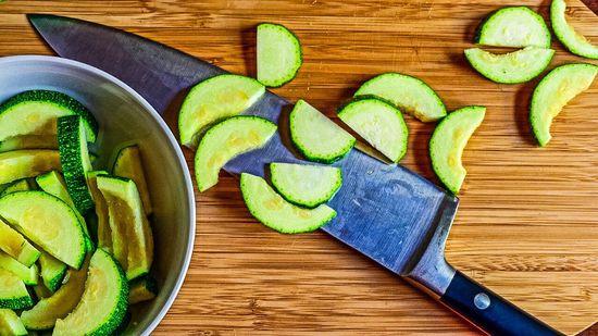 Die kleine Zucchino waschen, die Enden abschneiden, die Zuccino nun in Scheiben schneiden und zum Fleisch hinzufügen. Tipp: Bei einer kleinen Zucchino (Singular für Zucchini) muss man die Kerne nicht entfernen. Wer es etwas feiner mag, halbiert die Zucchino und schneidet sie in halbe Scheiben.