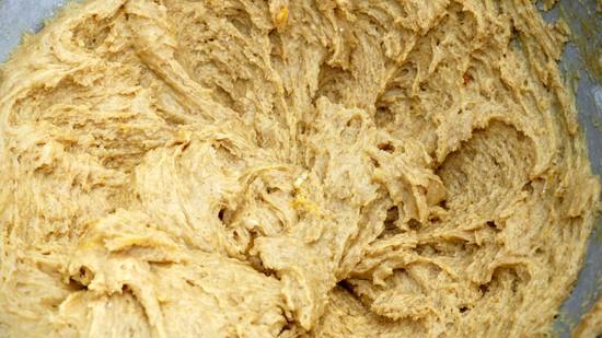 In einer zweiten Schüssel zunächst das Dinkelmehl mit dem Backpulver vermengen, dann peu à peu zu den Zutaten in der ersten Rührschüssel hinzufügen und alles gut miteinander zu einer cremigen Masse verrühren.