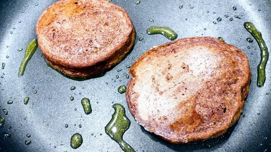 Daran anschließend das Rapsöl in die Pfanne geben, kurz erhitzen und nun je Pancake einen Esslöffel Teig in die Pfanne geben, dabei sollte man darauf achten, dass die Küchlein nicht zu dicht aneinander liegen. Die Pancakes bei mittlerer Hitze ausbacken.