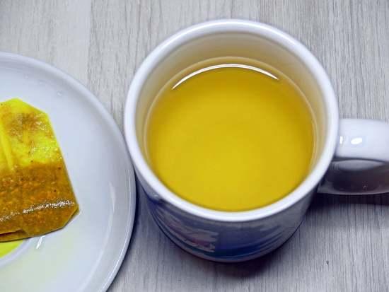 Zuerst das Wasser für den Tee kochen und diesen gemäß Packungsanweisung ziehen lassen.