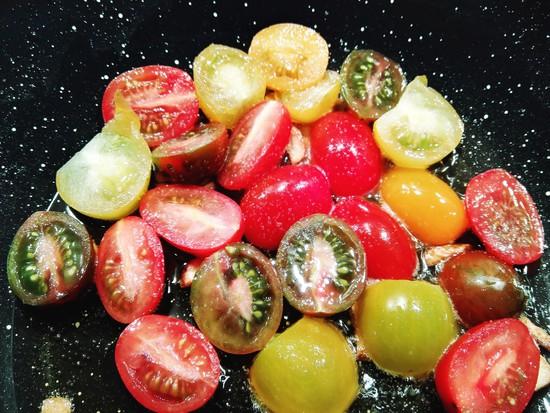 Danach die Tomaten waschen, trocknen, halbieren, ebenso in die Pfanne geben, alles gut durchziehen lassen