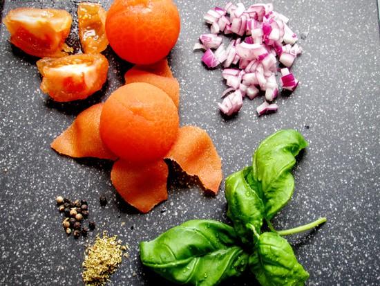 Die geschälten Tomaten danach vierteln und zunächst beiseite stellen.