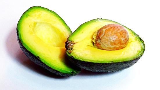 Nun die Avocado halbieren, den Kern rausnehmen, das Fruchtfleisch auslöffeln und in den Standmixer geben.