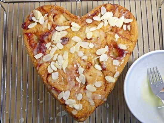 Danach den Kuchen mit dem Guss besprenkeln und die Mandelblättchen darüber streuen.
