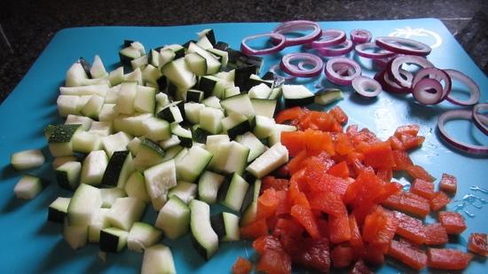 Als nächstes die Zucchini waschen, halbieren und die Kerne entfernen. Tipp: Die Kerne lassen sich ganz leicht mit einem Teelöffel ausschaben. Da ich hier mit einer Biozucchini arbeite, braucht diese nicht geschält zu werden.
