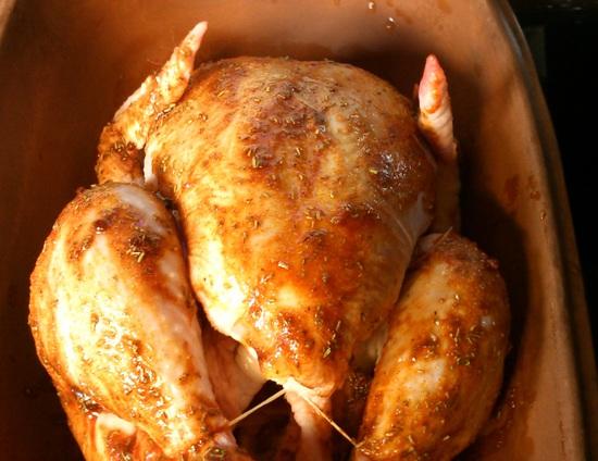 Anschließend wird das Hähnchen mit der Mischung aus dem Öl und den Gewürzen eingepinselt.