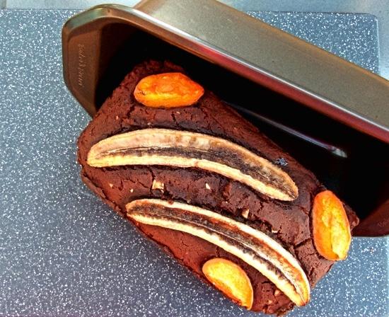 Das wahnsinnig saftige, glutenfreie Schokoladenbananenbrot etwas auskühlen lassen, bevor es aus der Kastenform geholt wird.