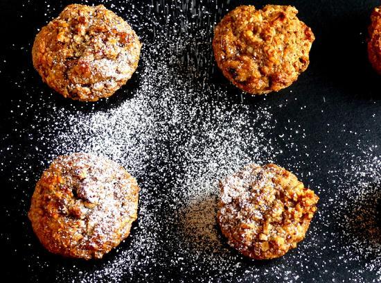Wer mag, kann man die Muffins noch mit Puderzucker bestäuben.