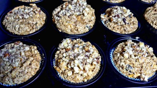 Nach 15 Minuten die Muffin Backform kurz aus dem Ofen holen und die karamellisierten Haslenusskerne auf die Muffins geben.