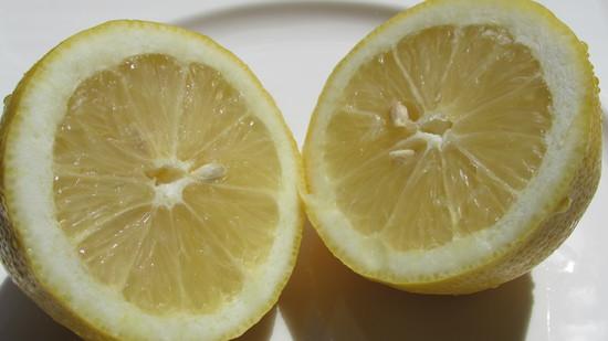 Die halbe Zitrone pressen.