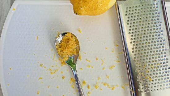 Mit der Zestenreibe Zitronenschale von der Zitrone abreiben und zunächst beiseite legen.