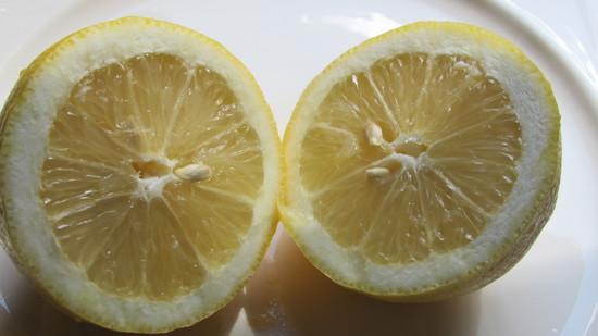 Danach die Zitrone halbieren und den Saft aus der Zitrone pressen.
