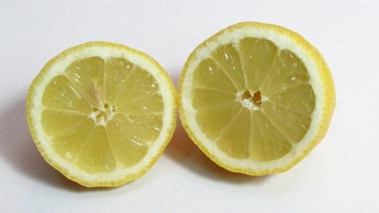 Nun die Zitrone halbieren und die Hälften auspressen, den Saft zu dem Avocadofruchtfleisch geben und das Fruchtfleisch mit dem Pürierstab pürieren.