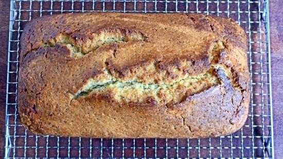 Den fertig gebackenen Kuchen dann aus dem Backofen nehmen, auf ein Kuchengitter geben und etwas auskühlen lassen.