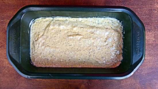 Den Teig in die vorbereitete Kastenbackform geben, diese auf den mittleren Einschub des vorgeheizten Backofens geben, Zeitmesser auf 50 Minuten stellen und den Kuchen backen.