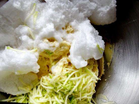 Danach sowohl die geriebene Zucchini als auch das steif geschlagene Eiweiß unter den Teig heben.
