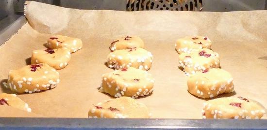 Die Backbleche jeweils auf die mittlere Schiene des vorgeheizten Ofens geben und die Kekse etwa 12 – 15 Minuten backen.