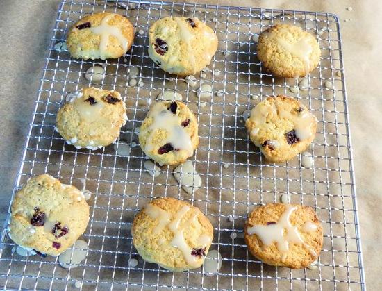 Dann die abgekühlten Orangen Cranberry Kekse teilweise mit der Glasur besprenkeln.